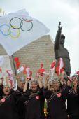 图文:奥运圣火在广西百色传递 壮族妇女加油