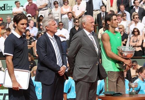 图文:纳达尔高举法网冠军奖杯 颁奖瞬间