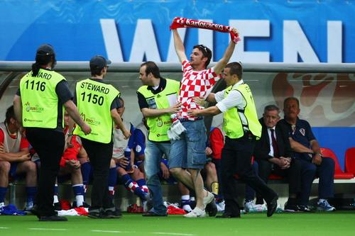 图文:奥地利0-1克罗地亚 被安保人员控制住