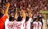 图文:[亚洲杯]中国1-2朝鲜 向球迷致意