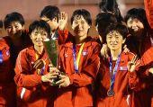 图文:[亚洲杯]中国1-2朝鲜 手捧奖杯