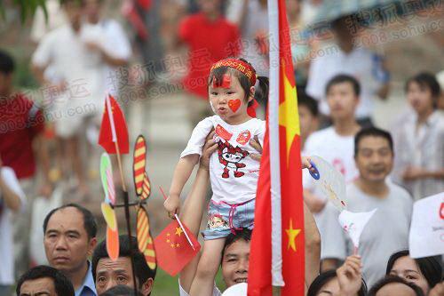 组图:奥运圣火百色火炬传递 老区人民迎接圣火