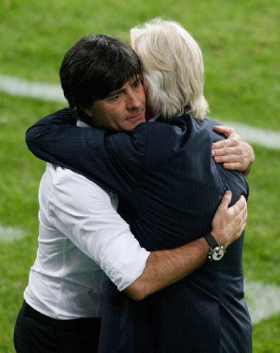 拥抱!光义��[Z[0_图文:德国2-0波兰 双方主教练赛后拥抱