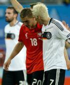 图文:德国2-0波兰 波多尔斯基与小猪交谈