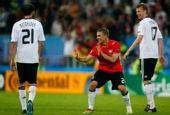 图文:德国2-0波兰 波多尔斯基与队友开玩笑