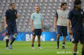 图文:意大利赛前最后训练 多纳多尼注视