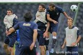 图文:意大利赛前最后训练 禁区内的肉搏