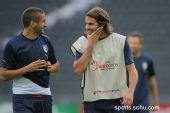 图文:意大利赛前最后训练 巴尔扎里和队友聊天