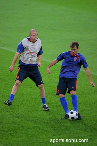 图文:荷兰训练备战 范德法特担任指挥官
