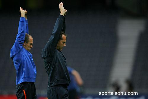 图文:荷兰训练备战 罗本与教练一起