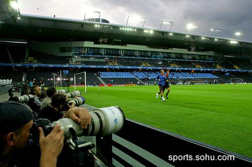 图文:荷兰训练备战 摄影师们关注罗本