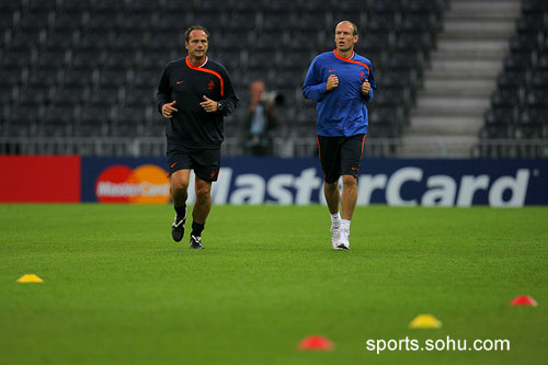 图文:荷兰训练备战 球场只有罗本在单练