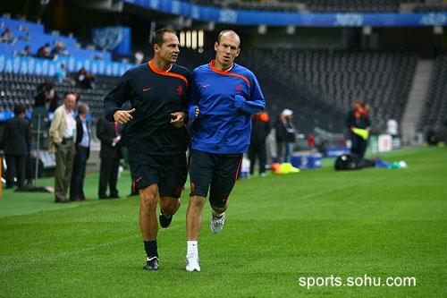 图文:荷兰训练备战 罗本慢跑训练