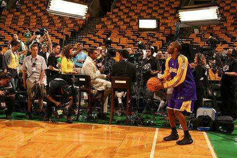 图文:[NBA]更衣室备战总决赛 科比练习三分球