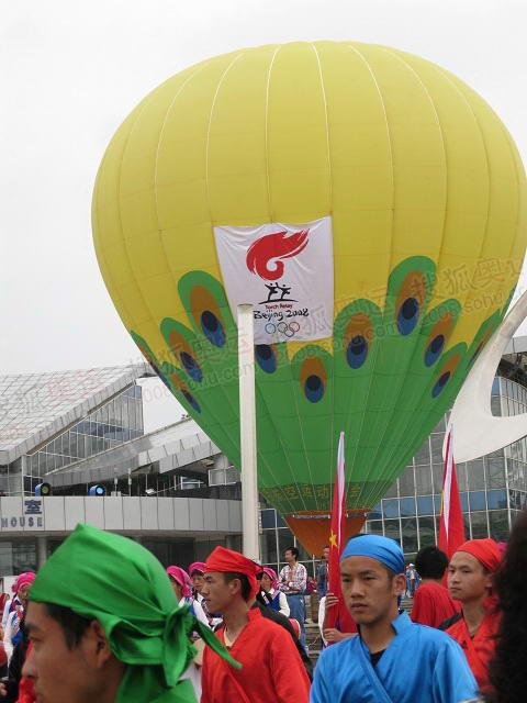 起跑仪式现场升起热气球
