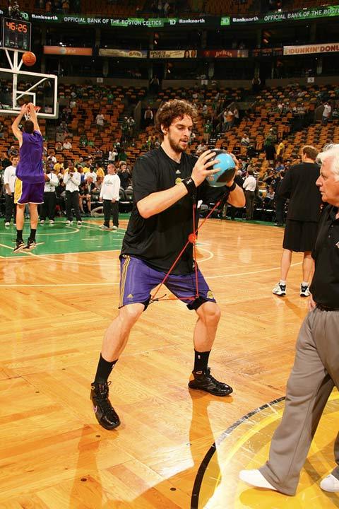 图文:[NBA]备战总决赛次战 加索尔怪异热身