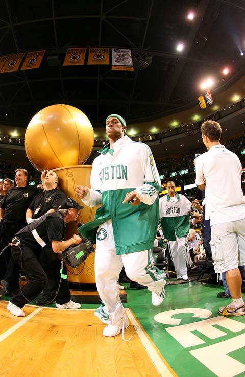 图文:[NBA]备战总决赛次战 兰多帅气出场