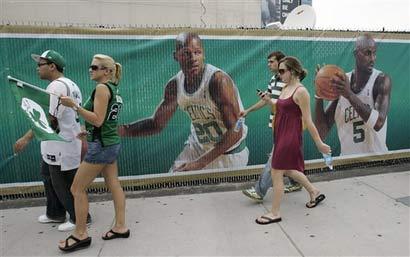 图文:[NBA]备战总决赛次战 三巨头广告