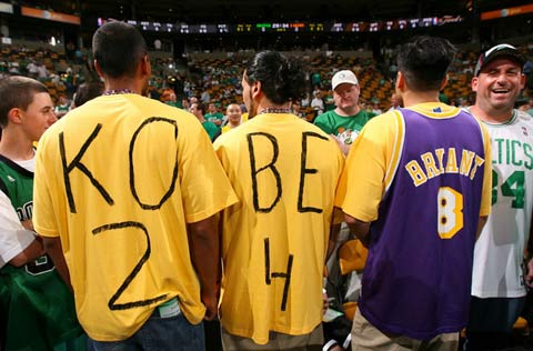 图文:[NBA]备战总决赛次战 湖人球迷很激动