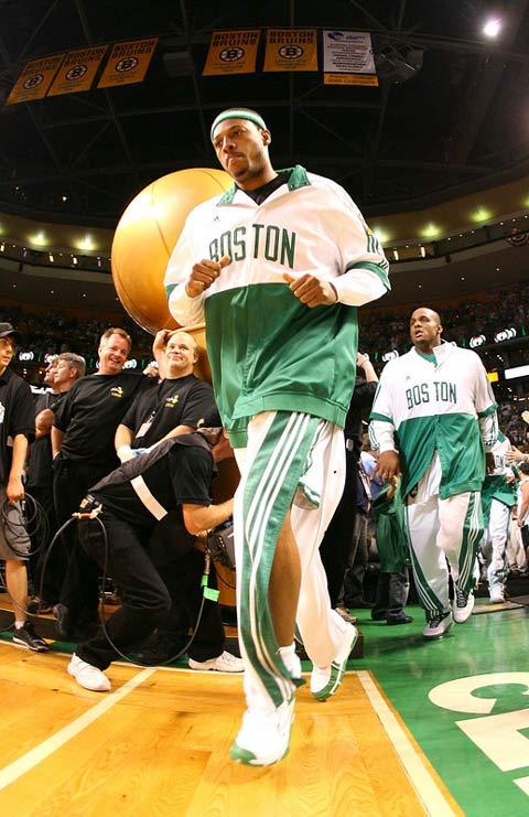 图文:[NBA]备战总决赛次战 皮尔斯出场
