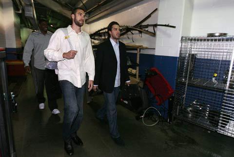 图文:[NBA]备战总决赛次战 米姆盛装出席