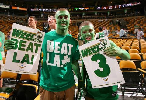 图文:[NBA]备战总决赛次战 绿军球迷很疯狂