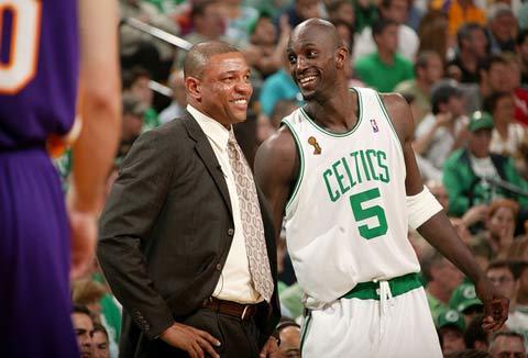 图文:[NBA]凯尔特人VS湖人 加内特开心笑