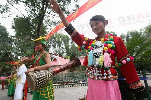云南昆明民族村稍稍民族同胞迎接圣火
