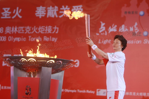 圣火在民族村滇池大舞台熊熊燃烧