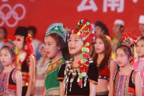 结束庆典上,孩子们放声歌唱