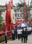 组图:奥运圣火昆明传递 沿途群众为奥运祝福