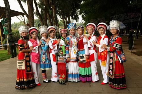 云南昆明民族村少数民族同胞迎接圣火