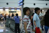 图文:女足抵达广州机场 张彤瞬间的回眸