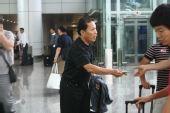 图文:女足抵达广州机场 老帅休闲打扮