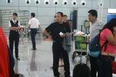 图文:女足抵达广州机场 老帅心情平静
