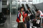 图文:女足抵达广州机场 袁帆心情一般