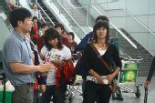 图文:女足抵达广州机场 队员抵达机场