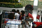 图文:女足抵达广州机场 难忍疲累低头打盹