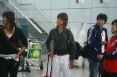 图文:女足抵达广州机场 靓装显轻松心情