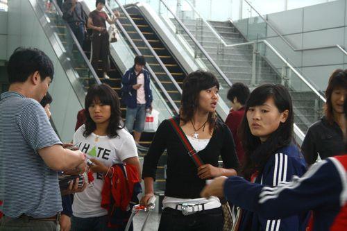 图文:女足抵达广州机场 韩端左顾右盼
