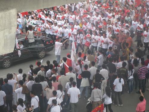 婚礼车队与祥云同行 助威群众偶然成新人祝福团