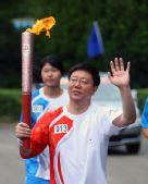 图文:奥运圣火在云南昆明传递 张晓军进行传递