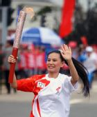 图文:奥运圣火在云南昆明传递 刀芳在进行传递