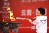 图文:奥运圣火云南昆明传递 蒋绍敏点燃圣火盆