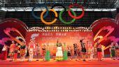 图文:奥运圣火在云南昆明传递 民族村小朋友