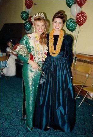 """托马斯(右)1989年参加美国夏威夷州美少女选美大赛决赛,争夺""""少女夏威夷小姐""""桂冠"""