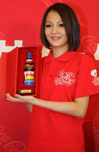 手工绘制的可口可乐艺术瓶赠送给张韶涵