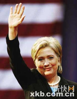6月7日,希拉里微笑着向支持者挥手告别。