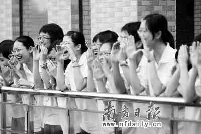 """昨日下午东莞中学,考生们齐齐开心大喊""""终于解放了""""。何建文摄"""