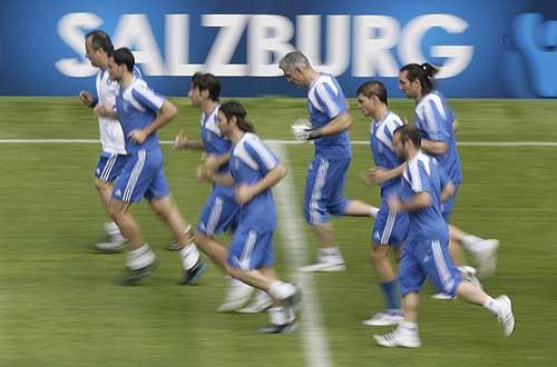 图文:希腊队备战首场比赛 跑圈热身